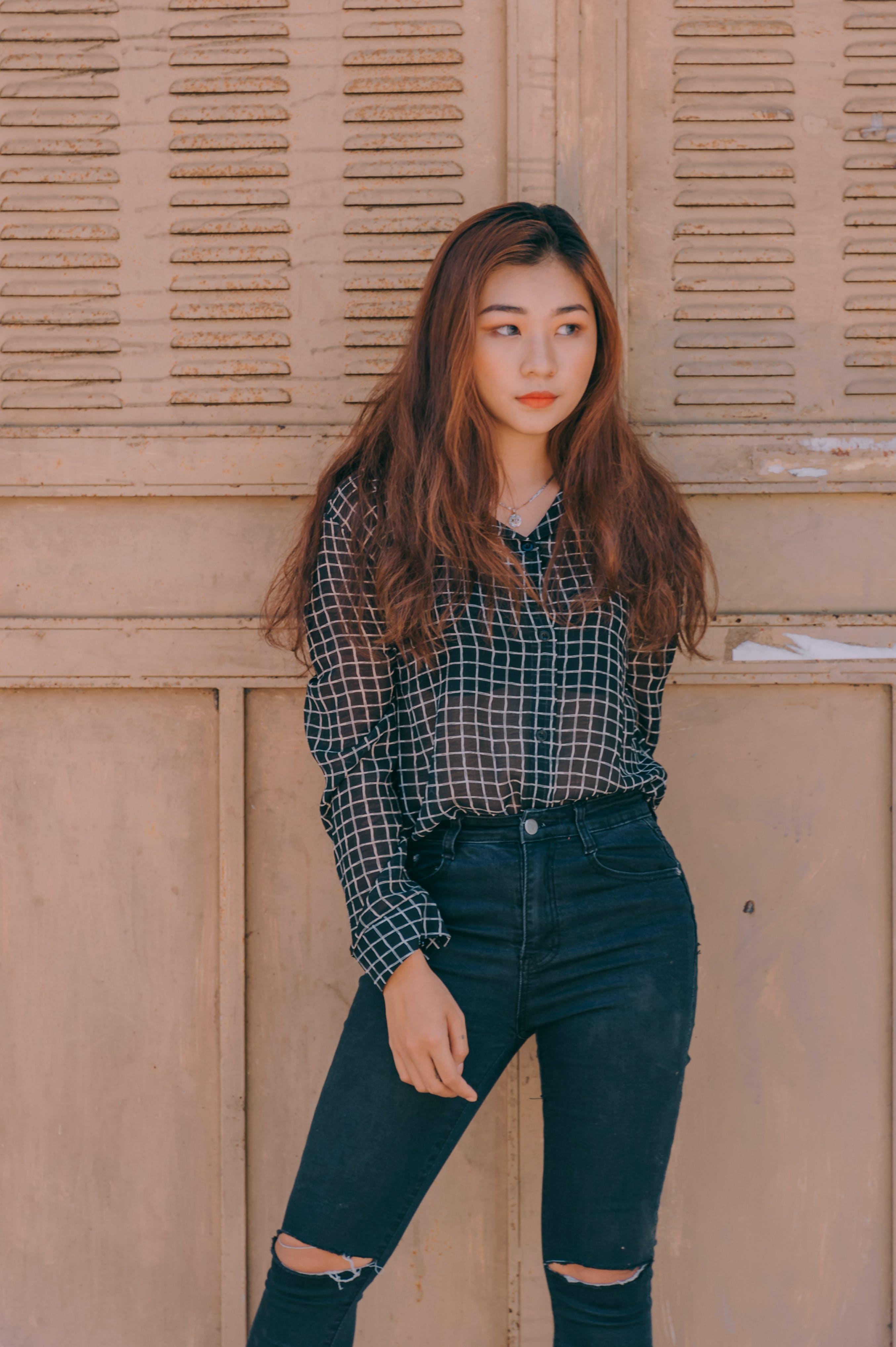 Gratis lagerfoto af ansigtsudtryk, asiatisk kvinde, bukser, dagtimer