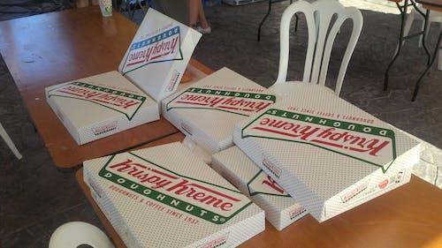 Foto profissional grátis de aperitivos, donuts, krispy kreme, serviço de artesanato