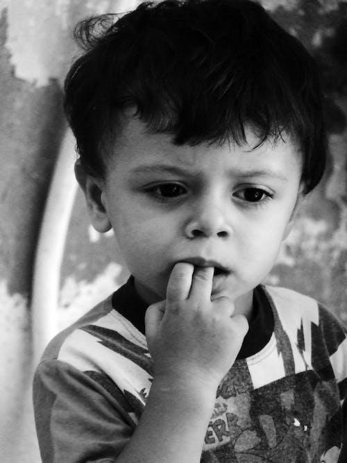 Ingyenes stockfotó álló kép, aranyos, fekete-fehér, fiú témában