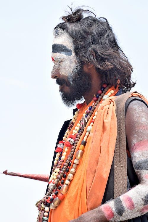Mann, Der Traditionelle Kleidung Trägt