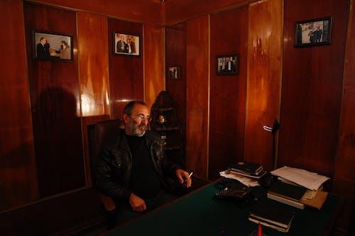 Foto d'estoc gratuïta de armen bayanduryan, descans, habitació, home