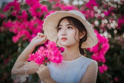 Gratis arkivbilde med asiatisk jente, asiatisk kvinne, blomster, jente