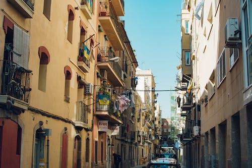 Foto d'estoc gratuïta de arquitectura, balcons, barri antic, carrer