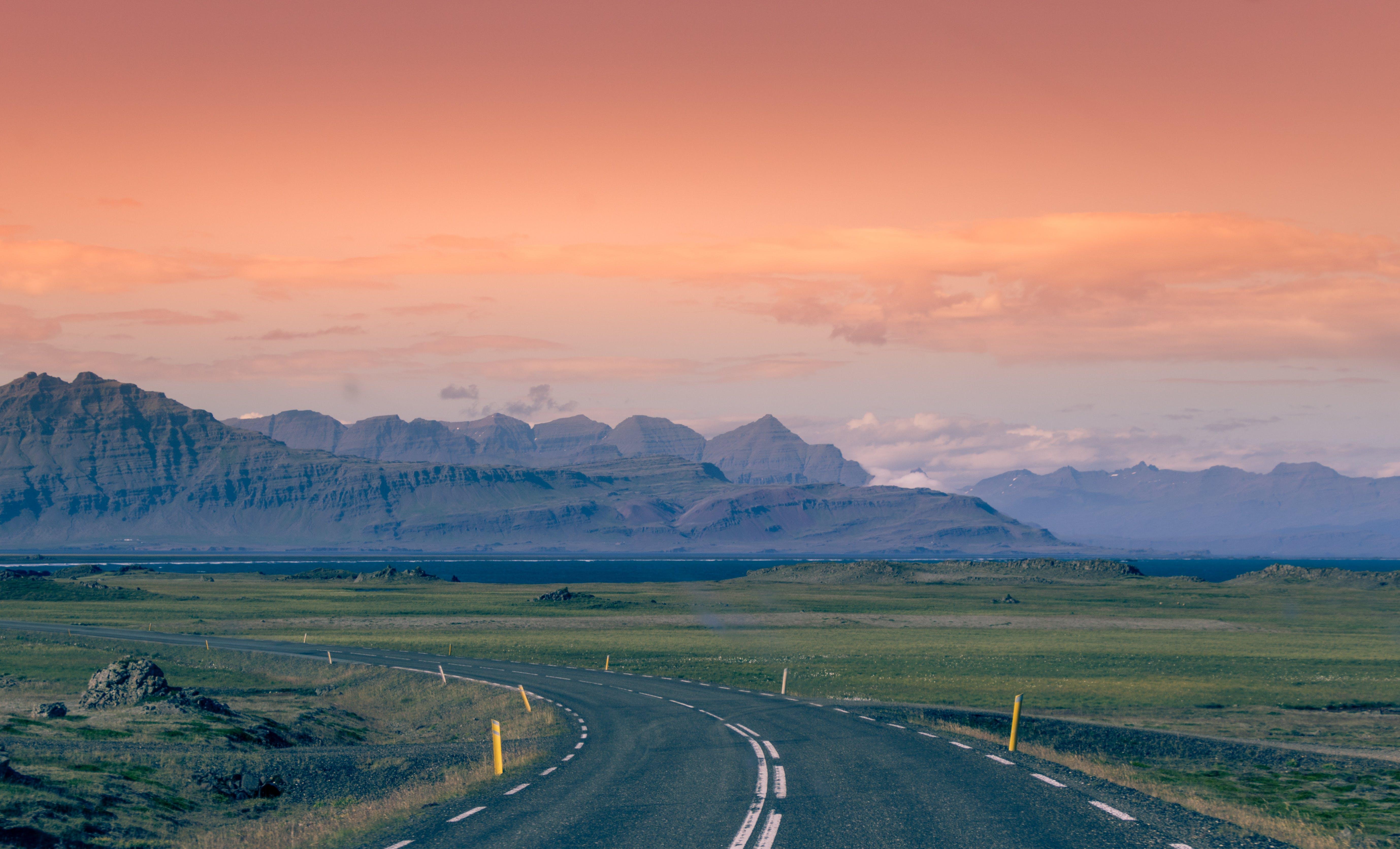 Kostenloses Stock Foto zu asphalt, berge, entfernung, goldene stunde