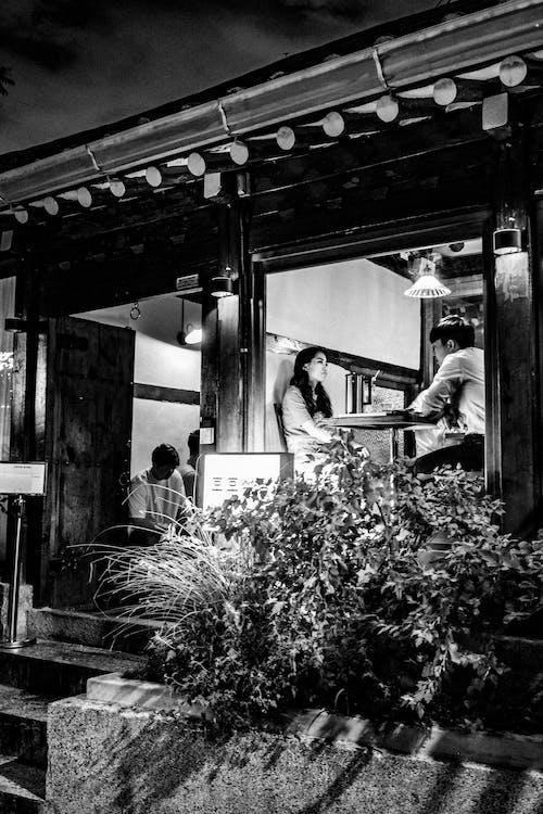 Fotobanka sbezplatnými fotkami na tému Ázijčania, čierna a biela, denné svetlo, ľudia