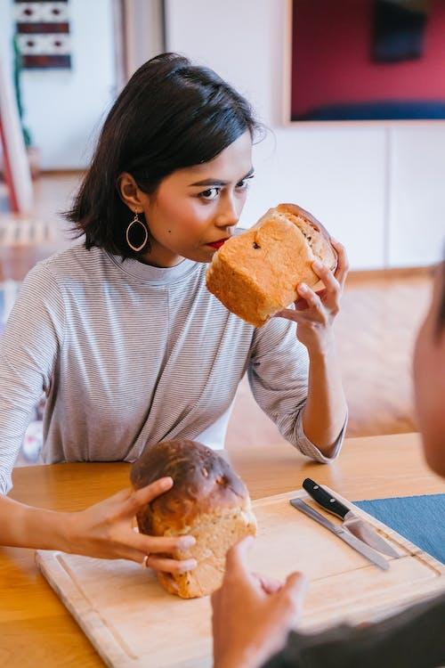 Ảnh lưu trữ miễn phí về bánh mỳ, cô gái châu á, đồ nội thất, giống cái
