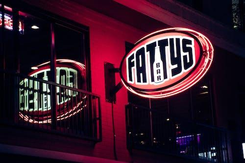 Безкоштовне стокове фото на тему «бар, брусок, вивіски, вхід»