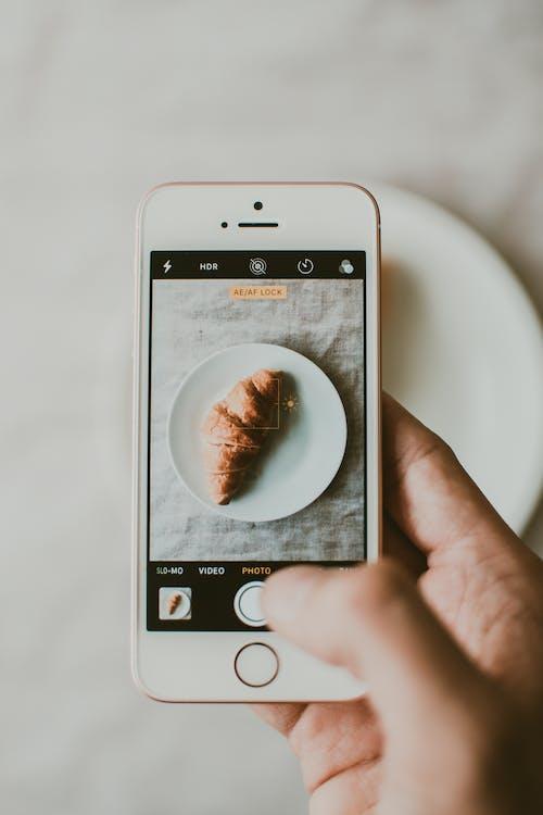 Základová fotografie zdarma na téma bezdrátový, chleba, chytrý telefon, croissant