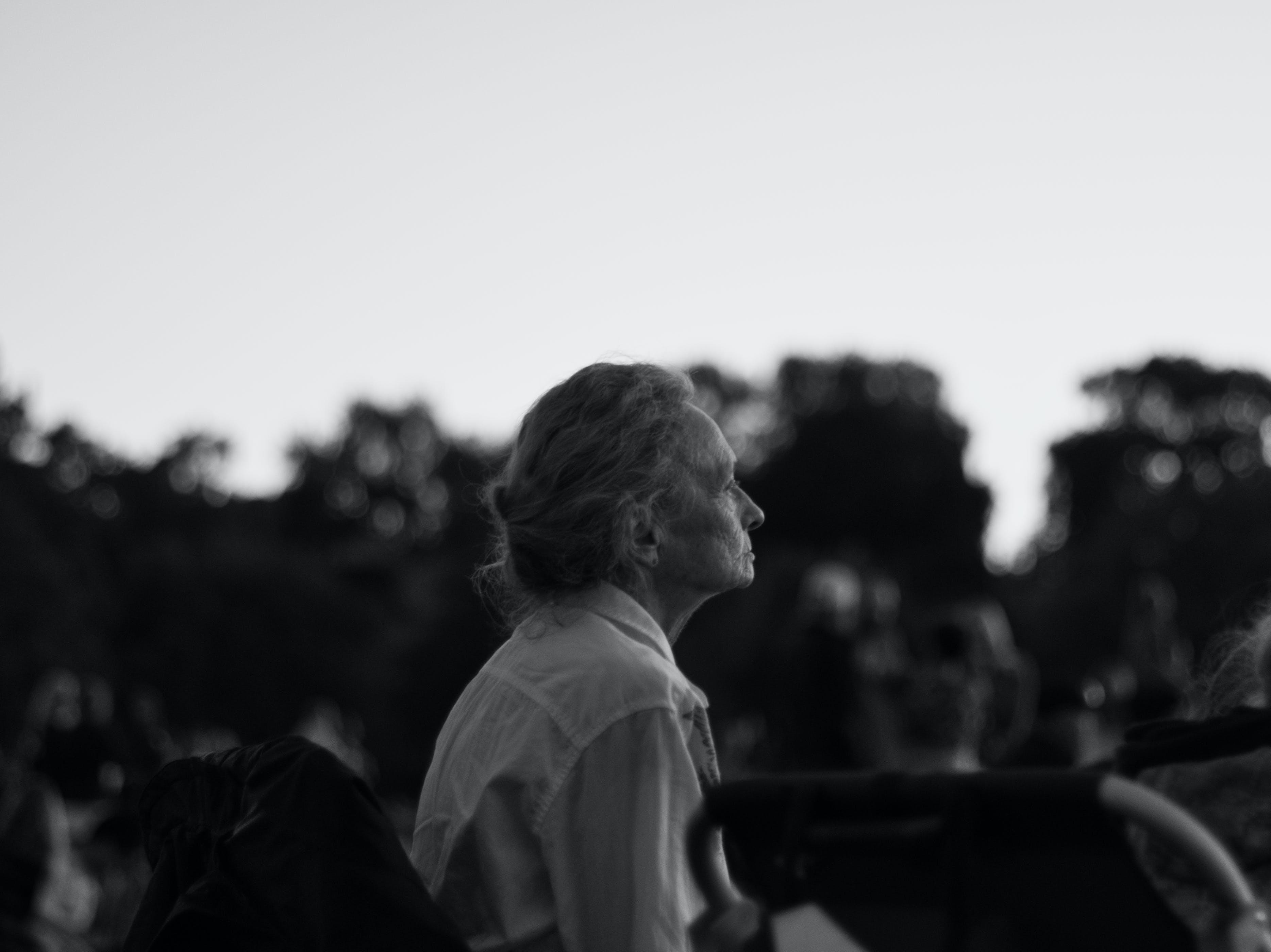 Foto d'estoc gratuïta de adult, ancians, assegut, blanc i negre