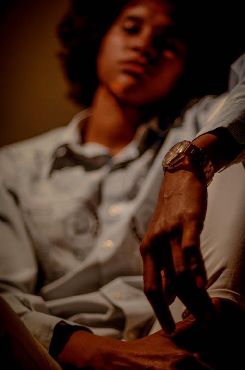 Foto stok gratis anak laki-laki, berbayang, berfokus, dalam ruangan