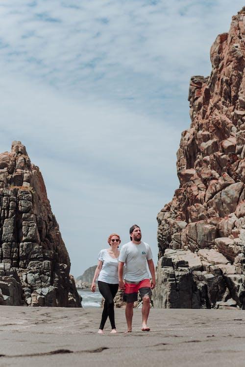 Бесплатное стоковое фото с активный отдых, Взрослый, держаться за руки, дневной свет