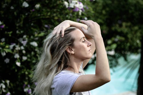 Kostnadsfri bild av begrundande, blå, blont hår, fixering av hår