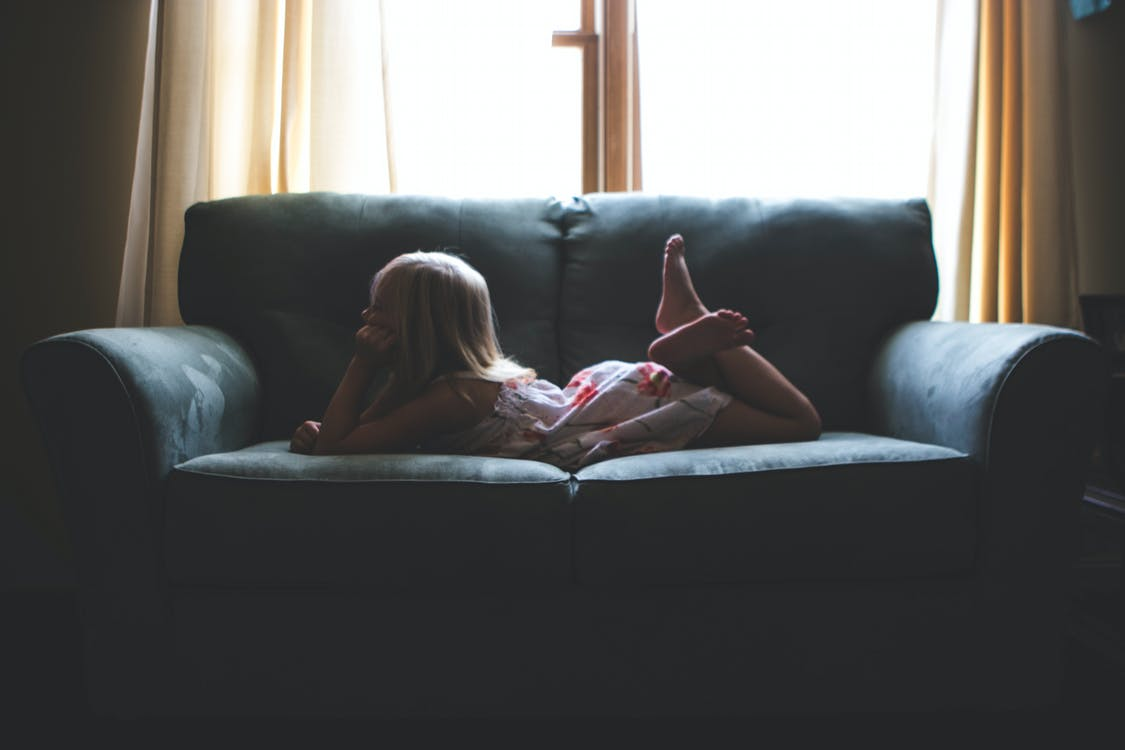 всередині, Дівчина, диван