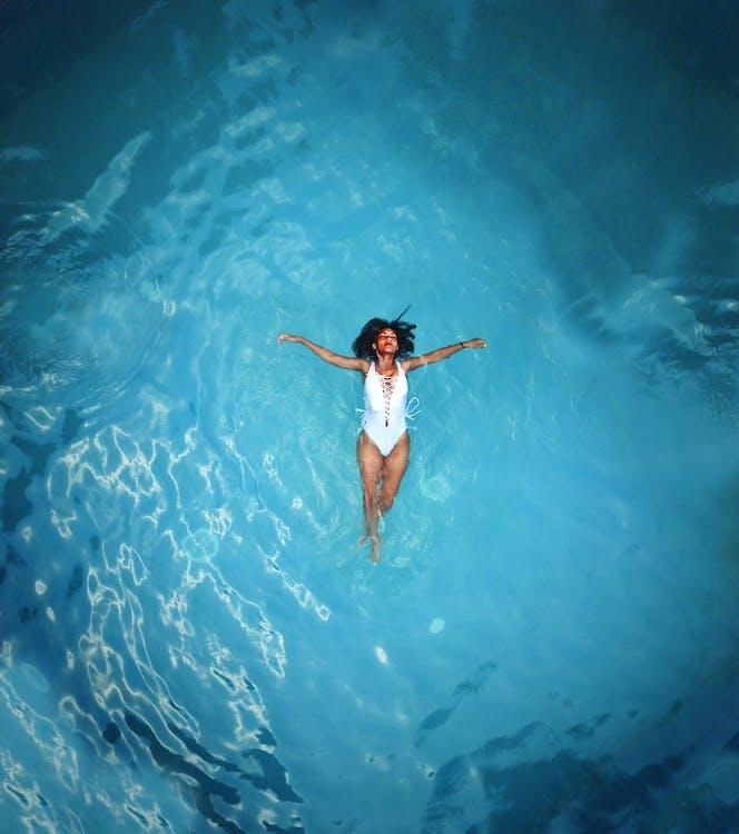 afrikansk-amerikansk kvinne, badedrakt, basseng