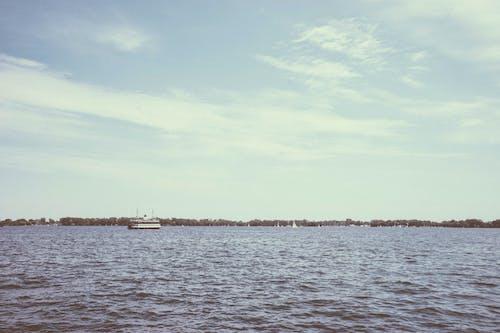 ağaçlar, bulutlar, dalgalar, deniz içeren Ücretsiz stok fotoğraf