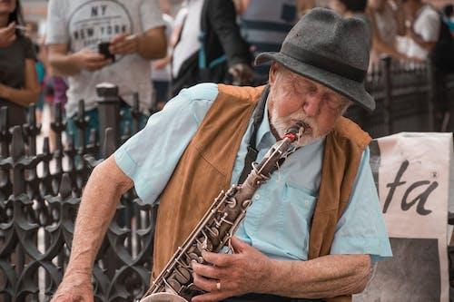 Gratis arkivbilde med gammel mann, gate, musikk