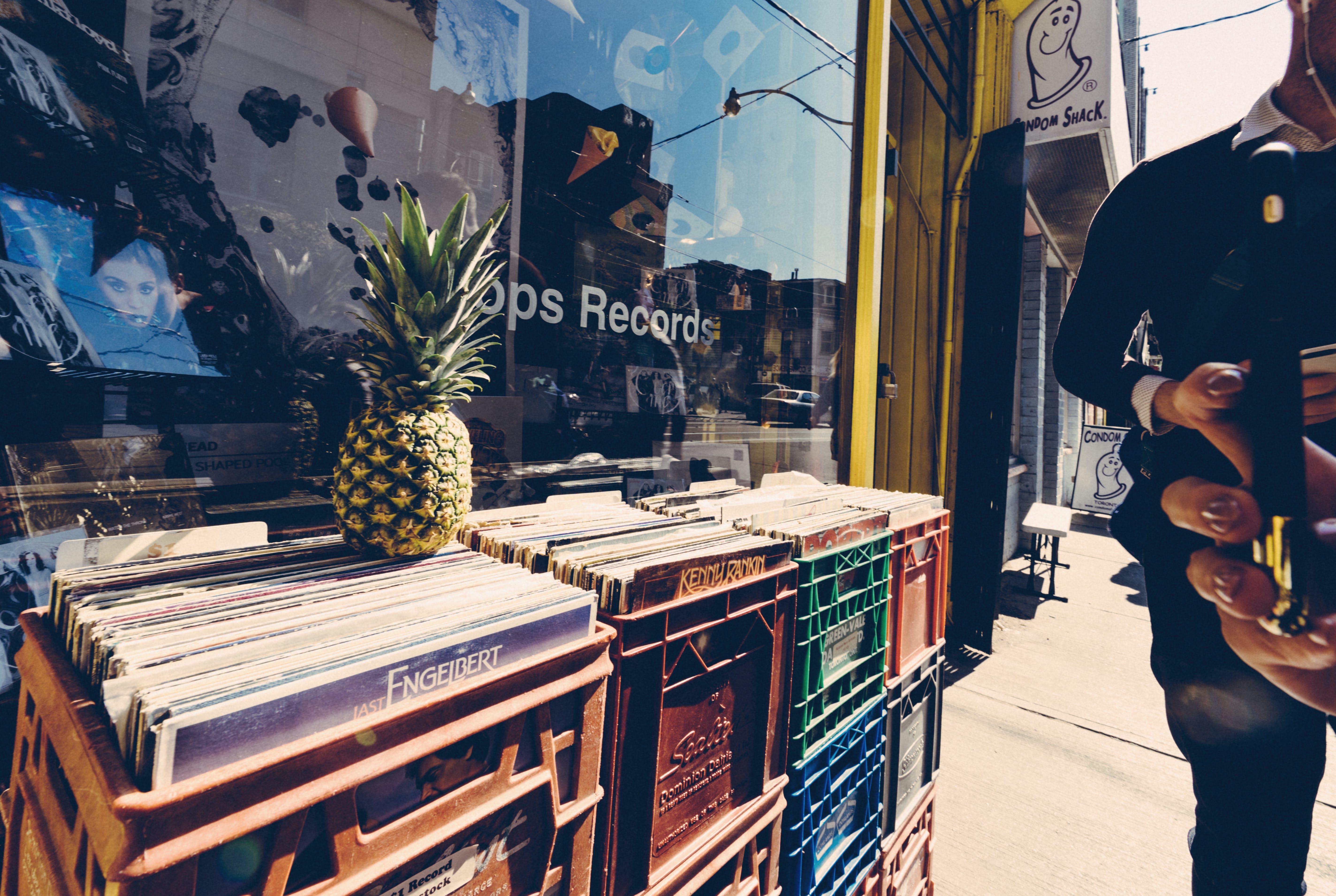 Kostenloses Stock Foto zu ananas, aufzeichnungen, foto machen, frau