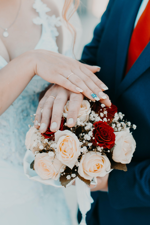 adam, Aşk, beyaz, Beyaz elbise içeren Ücretsiz stok fotoğraf