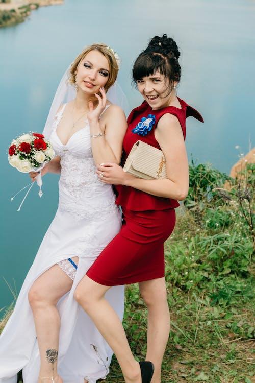 Бесплатное стоковое фото с белое платье, букет, вместе, вода