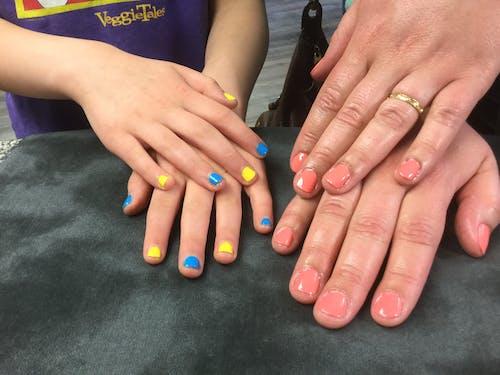 Foto profissional grátis de #mother #daughter #nails