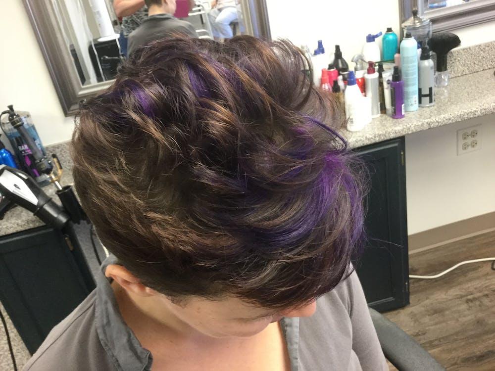 destaques roxos no cabelo