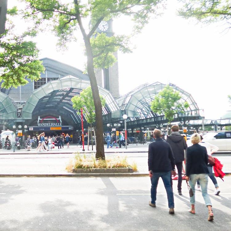 hampuri, ihmisiä kävelemässä, rautatieasema