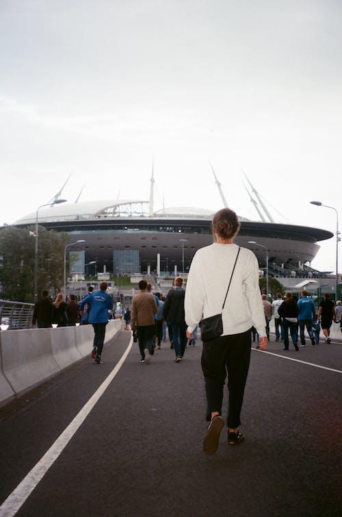Δωρεάν στοκ φωτογραφιών με Άνθρωποι, δρόμος, ενήλικος, περπατάω