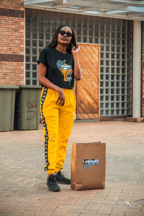 Δωρεάν στοκ φωτογραφιών με άνθρωπος, αστικός, αφροαμερικάνα γυναίκα, γυαλιά ηλίου