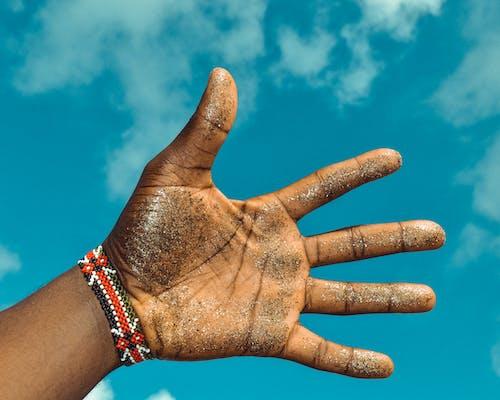 Kostenloses Stock Foto zu armband, funkeln, hand, haut