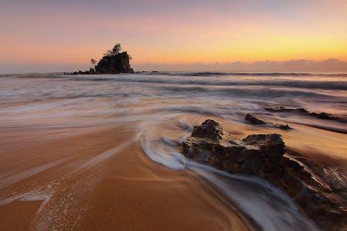 Бесплатное стоковое фото с вода, волны, море, морской берег