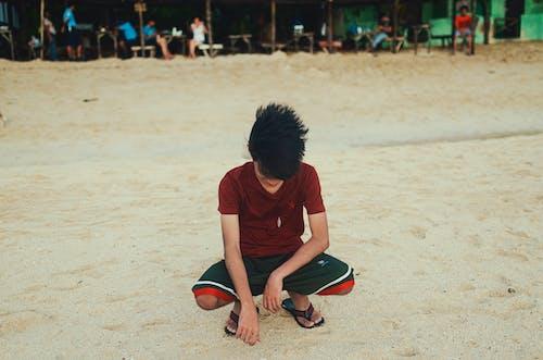 모래, 미소, 쪼그리고 앉은, 해변의 무료 스톡 사진