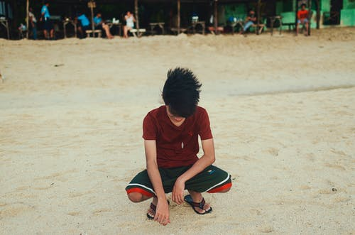 Gratis stockfoto met glimlach, hurken, strand, zand