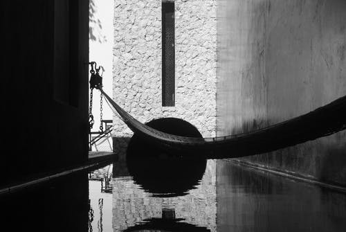 Základová fotografie zdarma na téma architektonický, černobílá, domácí interiér, odpočinek
