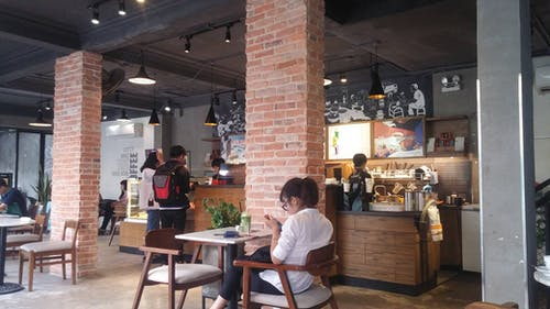 Gratis stockfoto met afstandswerk, binnen, coffeeshop, daglicht