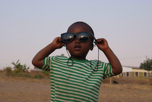 Безкоштовне стокове фото на тему «Африка, дитина, Захід сонця, сонцезахисні окуляри»