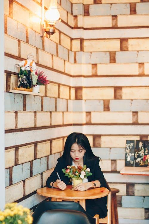 Kostenloses Stock Foto zu asiatin, asiatische frau, blumen, drinnen
