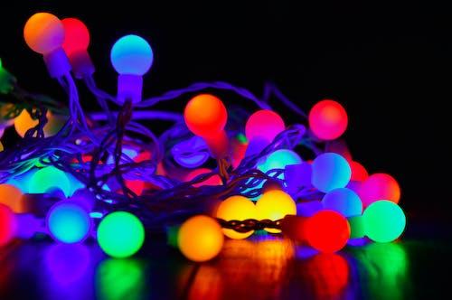 Ilmainen kuvapankkikuva tunnisteilla hehkuva, joulukoriste, jouluvalot, kiiltävä