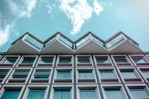 Foto stok gratis Apartemen, Arsitektur, Arsitektur modern, awan