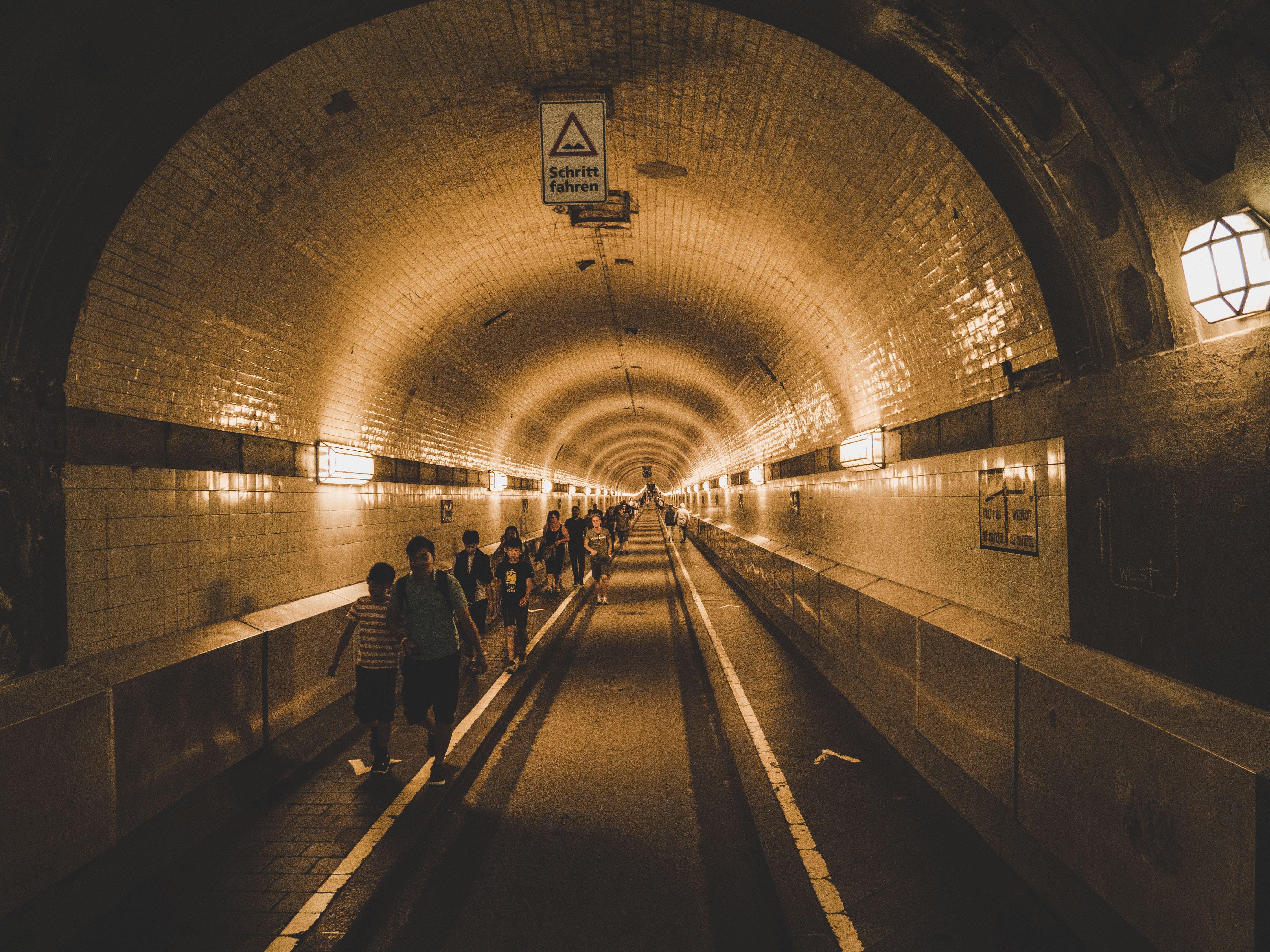 Kostenloses Stock Foto zu licht, menschen, gehen, tunnel