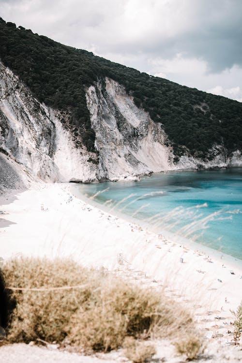 Foto d'estoc gratuïta de aigua, llum del dia, mar, muntanya