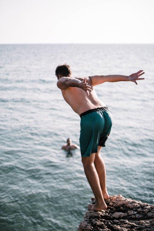 Foto profissional grátis de abismo, beira-mar, cara, curtição