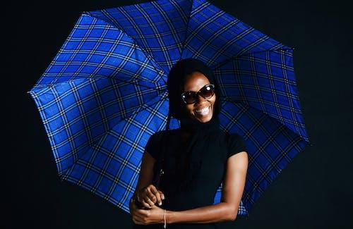 Gratis arkivbilde med kvinne, modell, paraply, person