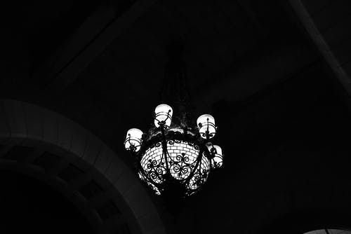모노톤의, 밤 조명, 올드스쿨, 천장 조명의 무료 스톡 사진