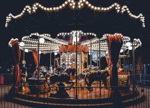 açık tenli, akşam, atlıkarınca, aydınlatılmış içeren Ücretsiz stok fotoğraf