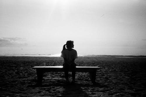 Immagine gratuita di bianco e nero, divertimento, donna, litorale