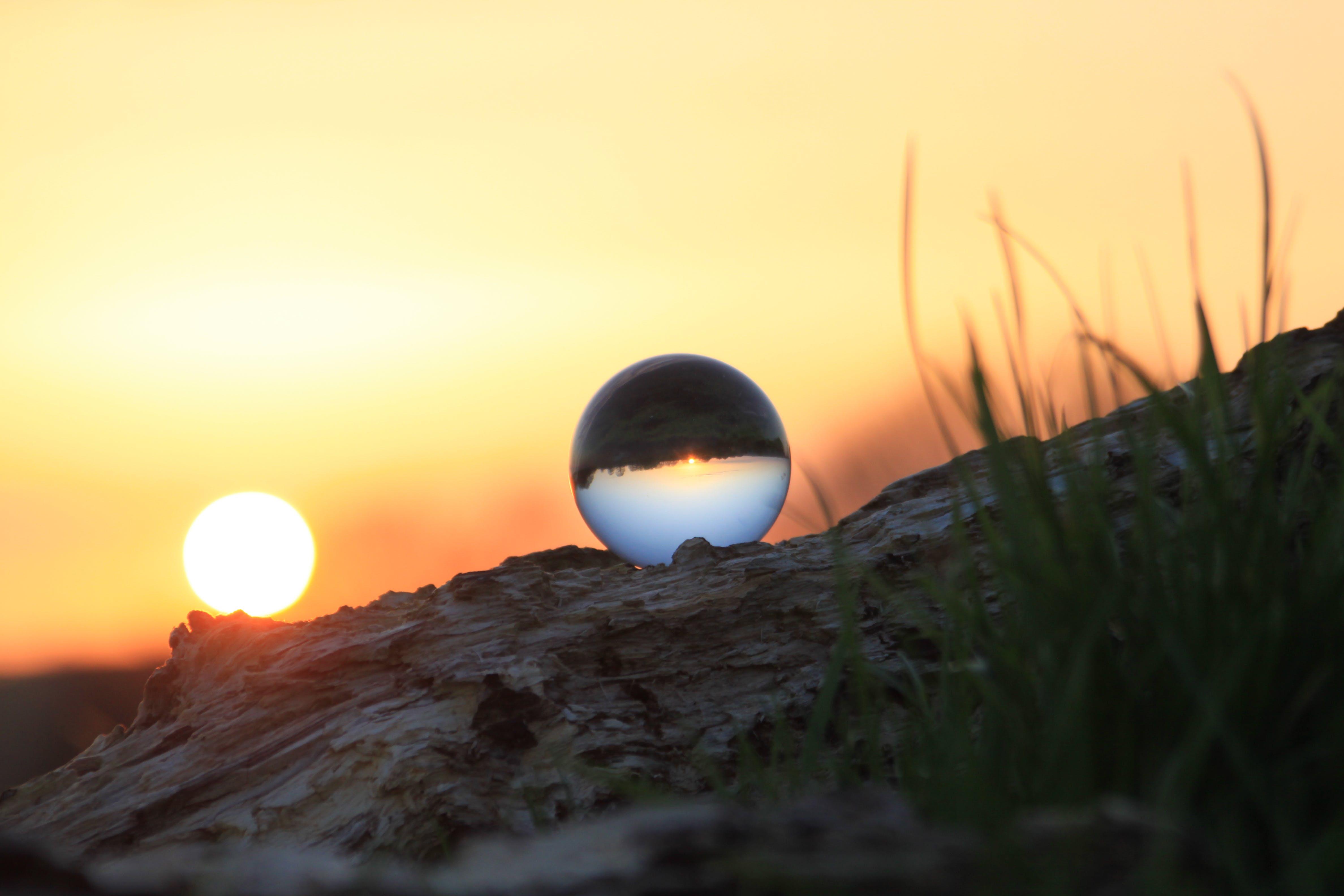 Kostnadsfri bild av glasskula, gräs, himmel, kväll
