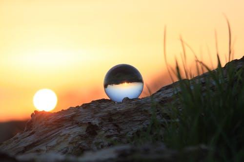 Gratis arkivbilde med glasskule, gress, himmel, kveld