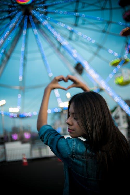 Fotos de stock gratuitas de corazón, divertido, festival, mujer