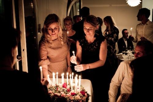 Foto d'estoc gratuïta de aniversari, celebració, dones, espelmes