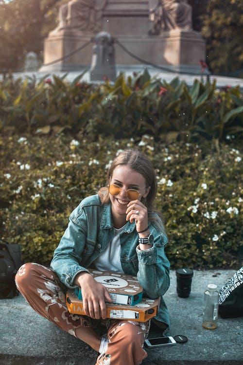 Gratis stockfoto met aantrekkelijk mooi, blijdschap, denim jacket, emotie